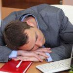 Хочется спать на работе — что делать? Как себя взбодрить