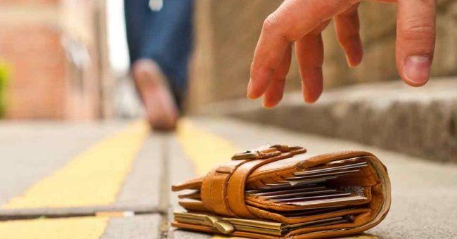 Подбирать деньги на улице