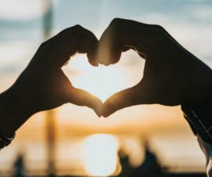 Как влюбить в себя человека: лучшие способы из психологии