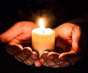 Держать свечку - что значит и откуда пошло это выражение