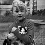 Тетенька, вам котенок не нужен? Рядом стоял мальчик, с худеньким вертлявым котенком на руках