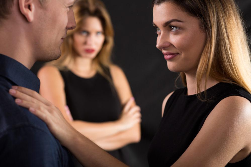 Парень общается со своей бывшей девушкой
