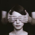 Почему люди не любят смотреть в глаза? В чём причины?