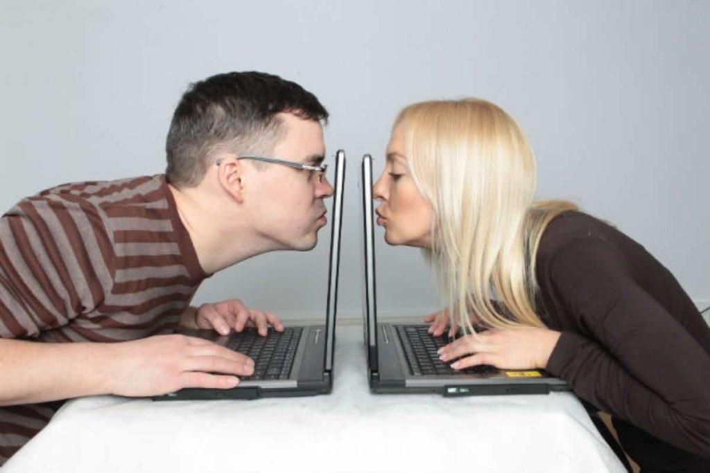 Ваш мужчина флиртует в соцсетях с другими женщинами