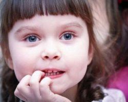Ребенок грызет ногти: как отучить его это делать? Способы