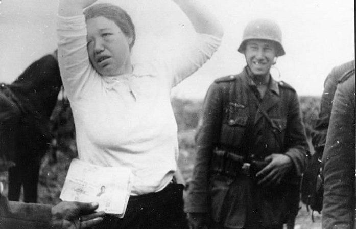Почему немцы не признавали советских женщин военнослужащими и как они издевались