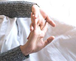 Почему хрустят суставы; причины. В каких случаях лучше обратиться к врачу. Лечение