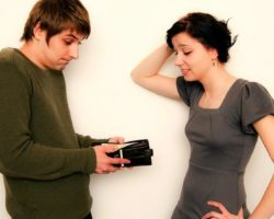 Муж зарабатывает меньше жены. Чем это грозит семейным отношениям и в чём корень проблемы?