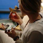 Почему хочется есть ночью: причины